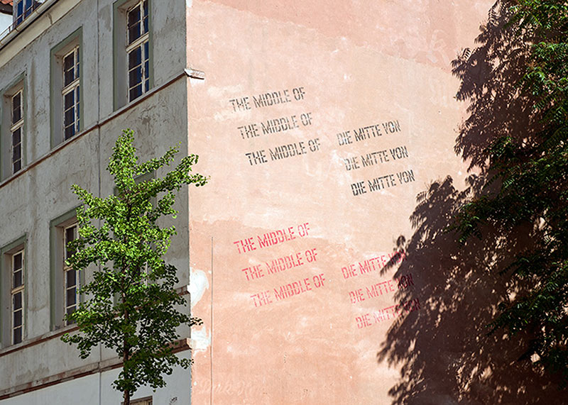 014Lawrence_Weiner_THE_MIDDLE_OF_by_Nils_Klinger.jpg